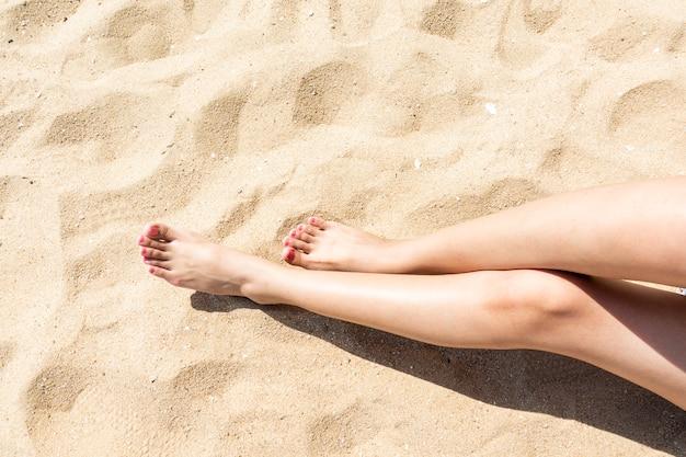 ビーチで美しい女性の足