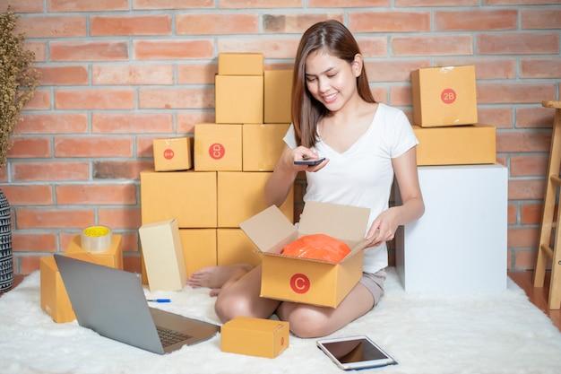Женщина-предприниматель владелец мсп проверяет заказ