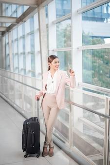 Красивая деловая женщина гуляет в аэропорту