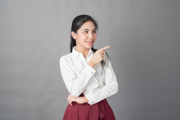 Портрет красивой деловой женщины на сером