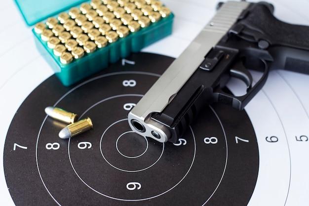 紙のターゲット上の弾薬と銃