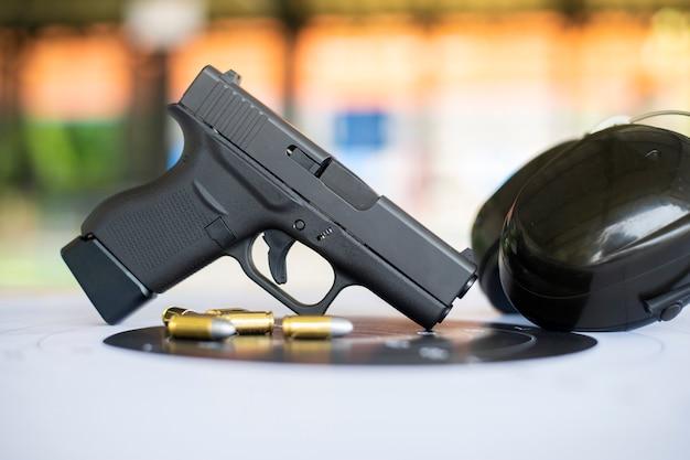 Ружья с боеприпасами на бумажной мишени