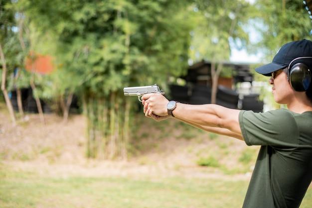 男が銃を練習しています