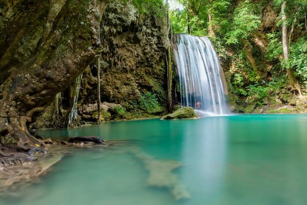 カンチャナブリー、タイのエラワン滝国立公園の美しい滝