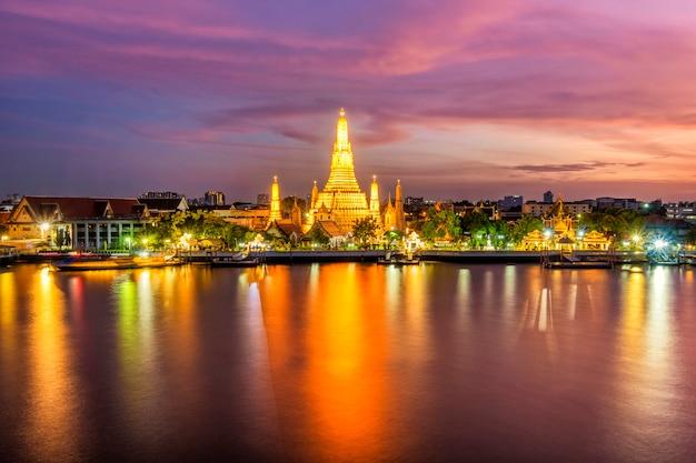 Прекрасный вид на храм ват арун в сумерках в бангкоке, таиланд