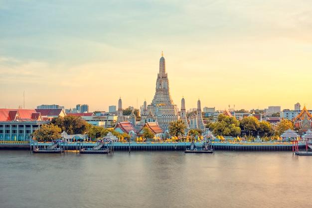 Прекрасный вид на храм ват арун на закате в бангкоке, таиланд