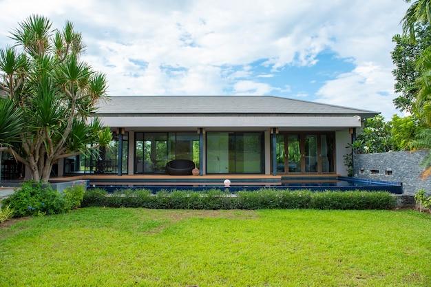Красивый современный дом в окружении природы