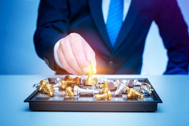 ビジネスの男性はチェス、ビジネス管理戦略の概念を果たしています。
