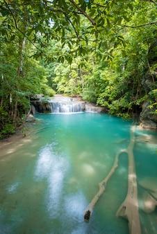 カンチャナブリ、タイのエラワン滝国立公園の美しい滝