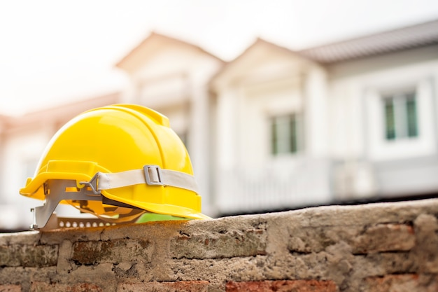 家と黄色いヘルメット