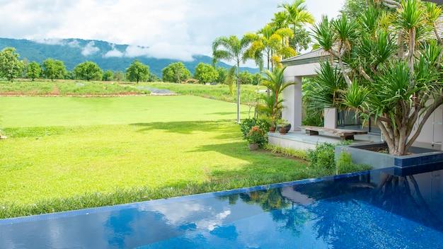 Бассейн в современном доме и вид на горы