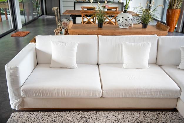 Белый роскошный диван в современном доме