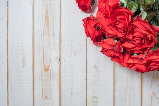白い木製の背景に結婚式の花のトップビュー