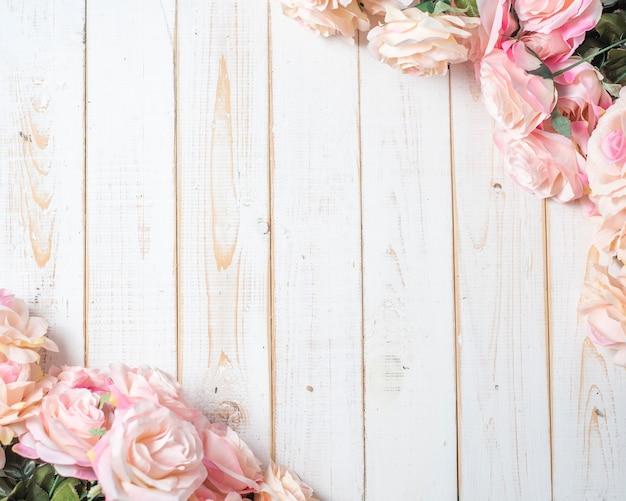 Вид сверху свадебных цветов на белом фоне дерева