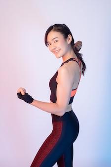 美しいアジアのフィットネス女性