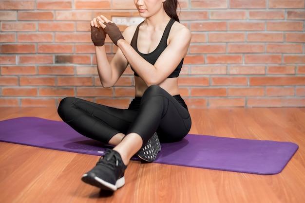 Красивая азиатская женщина фитнеса тренировка дома