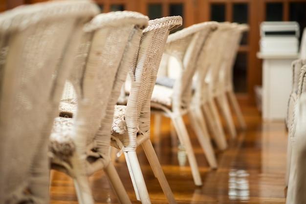 白い結婚式の椅子の行