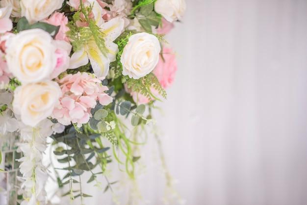白い結婚式の花と結婚式の装飾