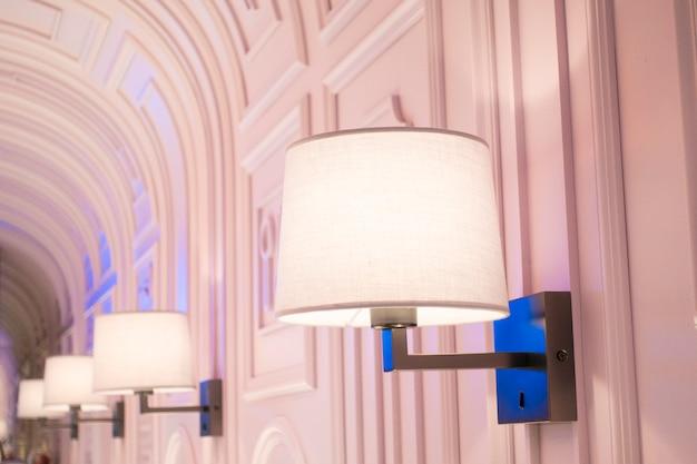 Современная роскошная лампа в красивом ресторане