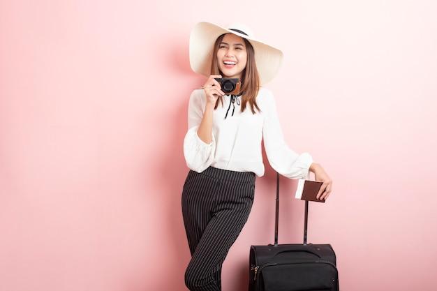 Красивая женщина путешественника возбуждает в розовой стене