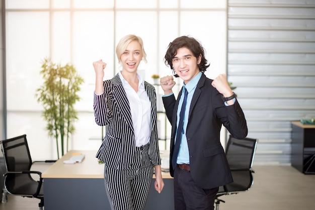 ビジネスの人々はオフィスでのビジネスの成功に満足しています