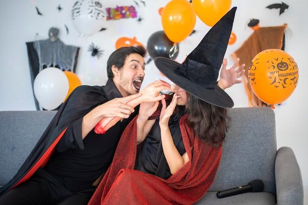 Счастливая пара любви в костюмах и гриме на праздновании хэллоуина