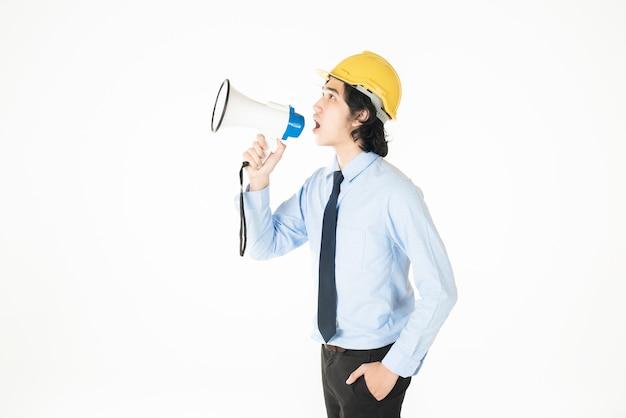 エンジニアの若い男性がメガホンを発表しています