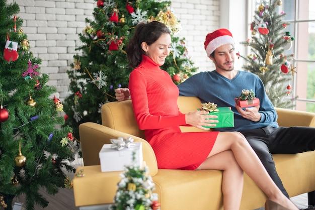 Привлекательные кавказские пары любви празднуют рождество в доме