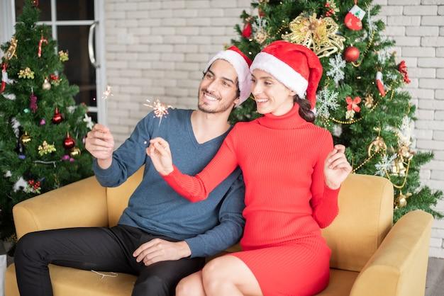 愛の魅力的な白人カップルは家でクリスマスを祝っています