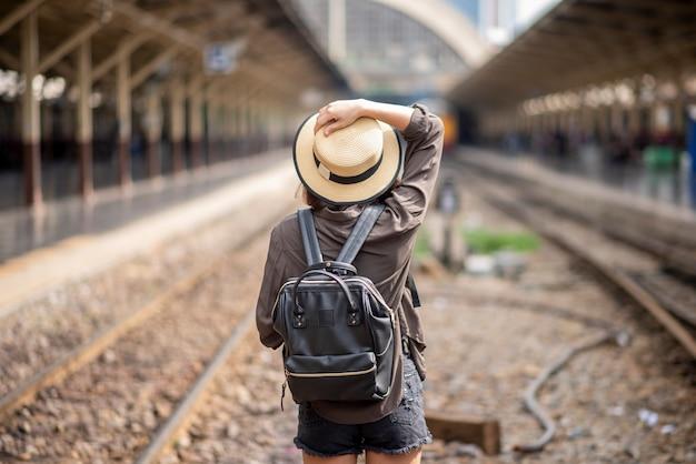Молодая азиатская женщина путешествует наслаждается красивым местом в бангкоке, таиланд