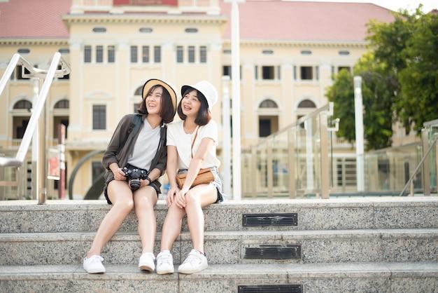 Молодая туристическая женщина наслаждается в бангкоке, таиланде