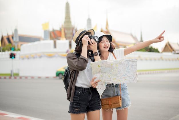 タイのバンコクで若い観光客の女性が楽しんでいます。