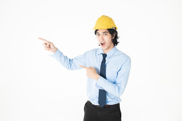 Инженерный человек в желтом шлеме на белом фоне
