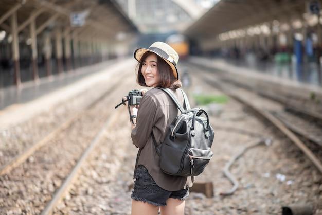 Молодая азиатская женщина путешествует наслаждается красивым местом в бангкоке