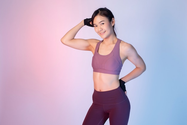 Красивая азиатская женщина фитнеса