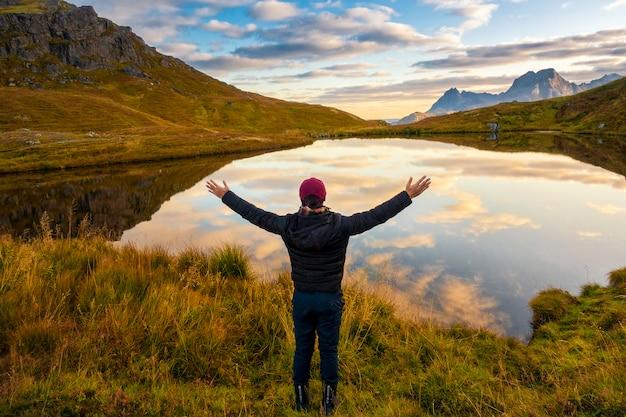 Успех человека на вершине горы летом, люди путешествуют концепции