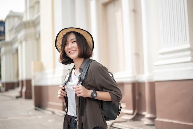 観光を楽しむ若いアジア旅行者女性