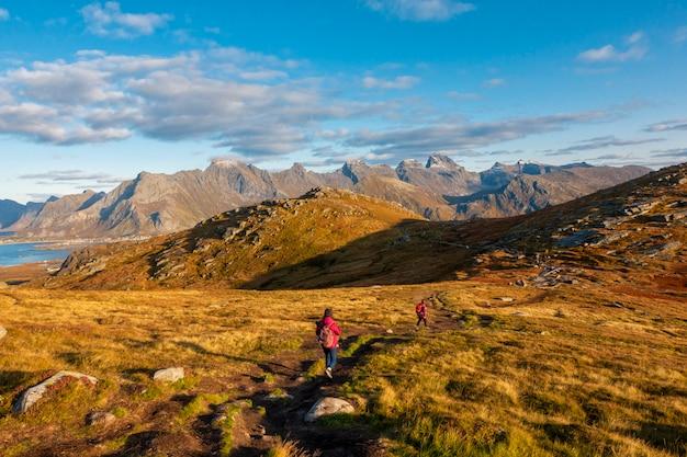 人々は美しい山でトレッキング
