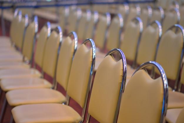 Ряд стульев в конференц-зале конференции