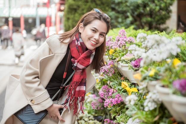 Красивая женщина турист в токио, япония