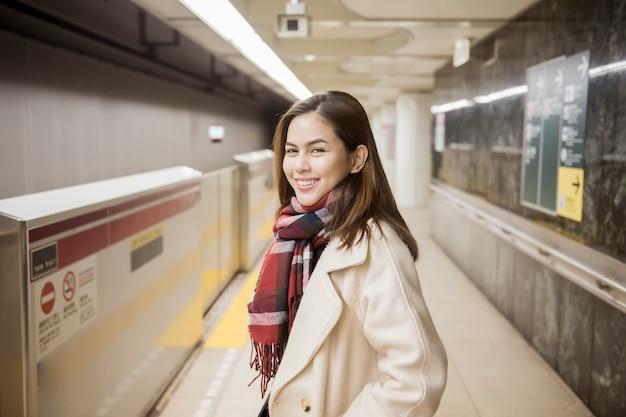 東京、日本の美しい女性観光客