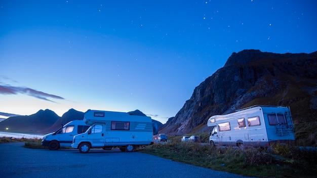 キャンピングカーでの休日の旅行、美しい自然のノルウェーの自然の風景でのキャンプ車の休暇