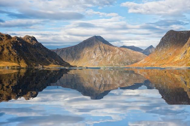 ロフォーテン諸島、ノルウェーの山と空の美しい反射