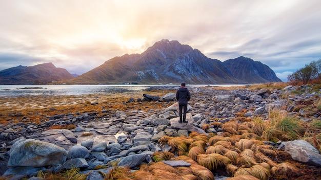 ロフォーテン諸島、ノルウェーの夕暮れ時の山の美しい景色