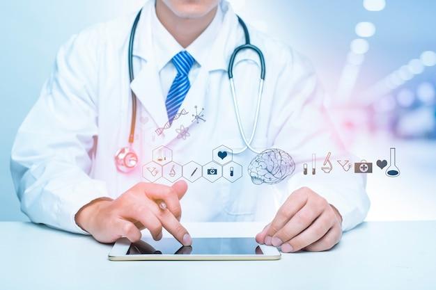 医師のクローズアップは、医療分析データ、医療技術の概念を示しています