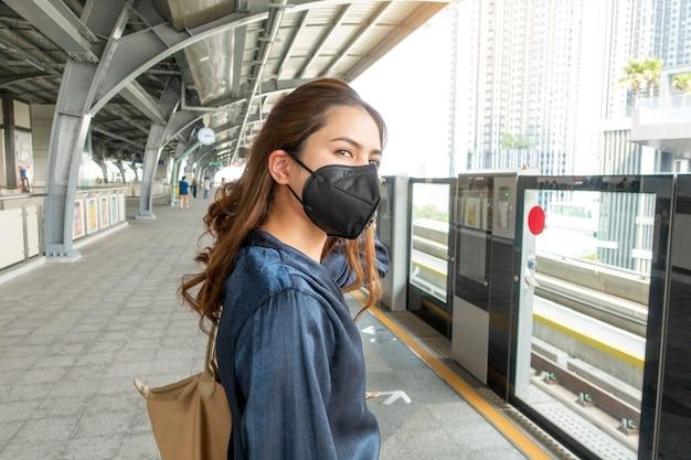 Красивая женщина, одетая против пыли маска