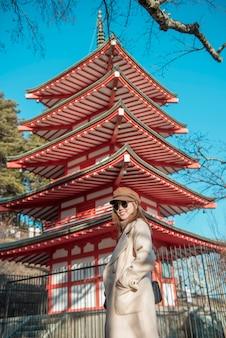 Красивая женщина турист в японии