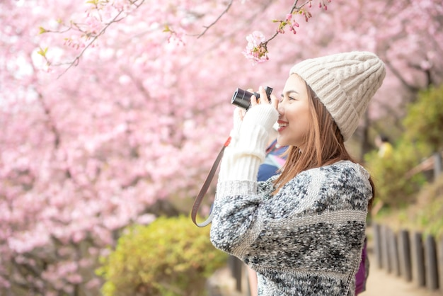 Привлекательная женщина наслаждается с вишней в парке