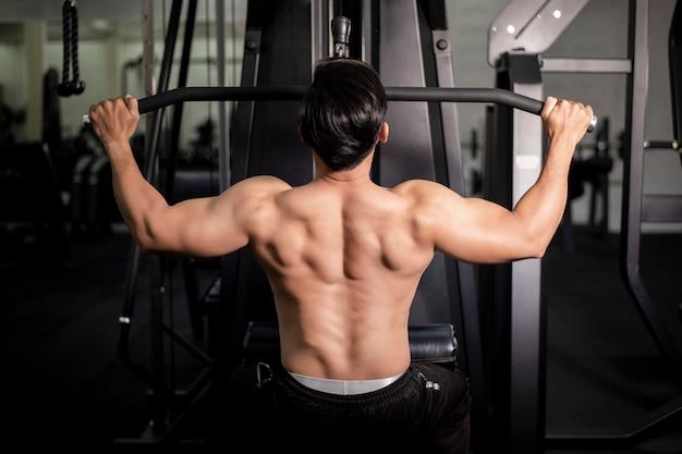 ジムに戻って大きな筋肉を持つボディービルダー男