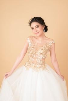 Красивая невеста в шикарном платье от кутюр